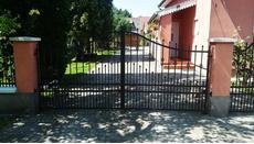 kétszárnyú kapu